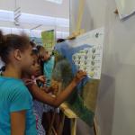 """Les élèves apprennent à reconnaître les espèces indigènes des espèces exotiques grâce au jeu  """"La Grande Chaloupe... une forêt qui renaît"""""""