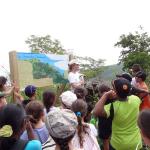 Les enfants découvrent la zone du projet