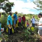 Pascal Truong, responsable du projet LIFE+ COREXERUN, explique les consignes avant la plantation